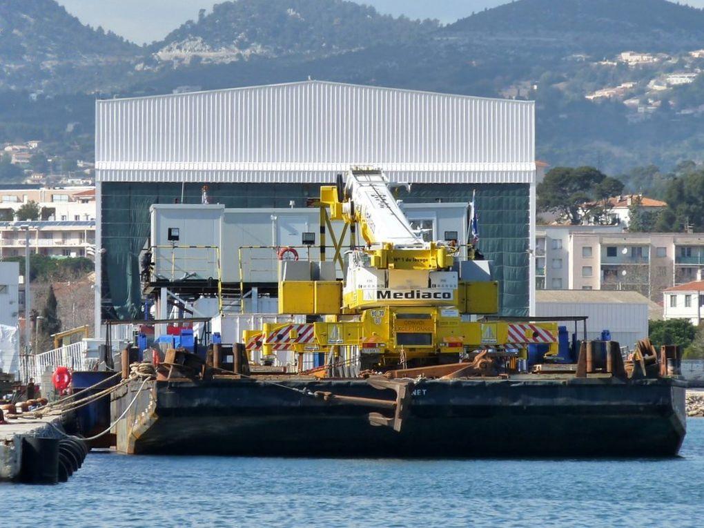 ANNET , barge  , ponton grue dans le port de la Seyne sur mer