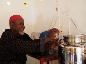 Djambala participe a la distillation de la menthe