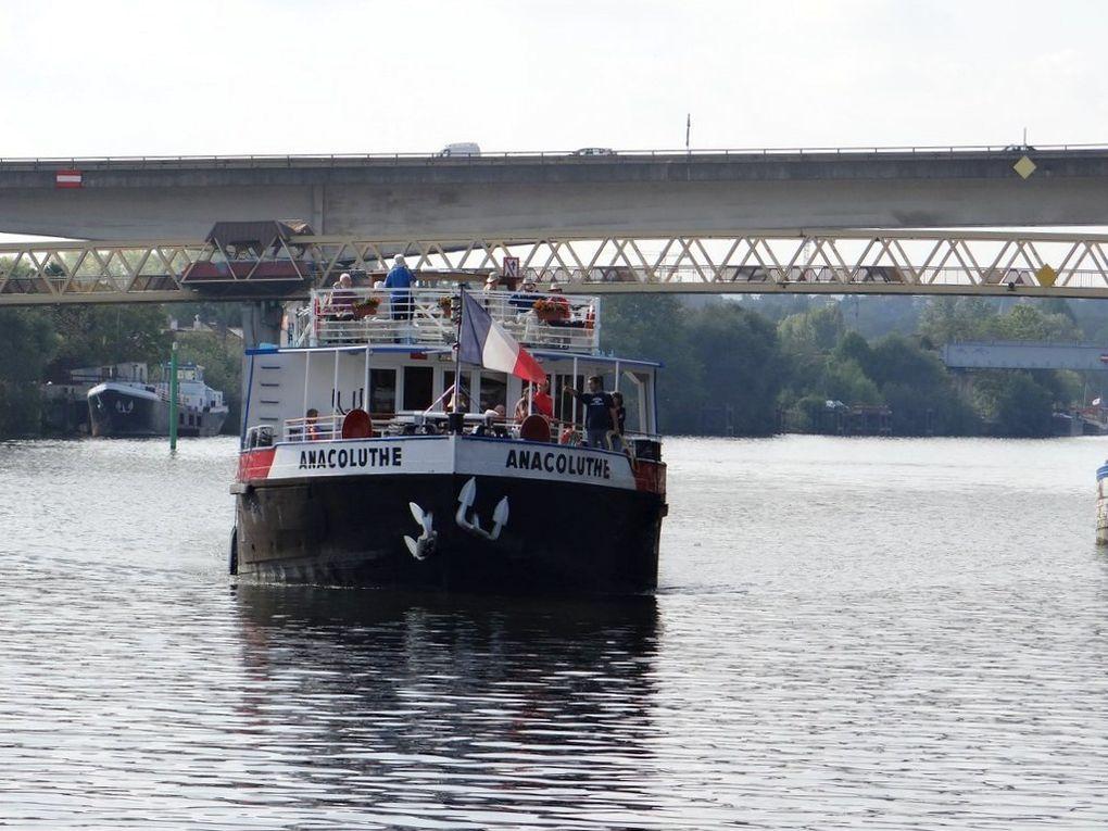 ANACOLUTHE , navire de croisière fluviale sur la Seine au passage de Conflans Sainte Honorine