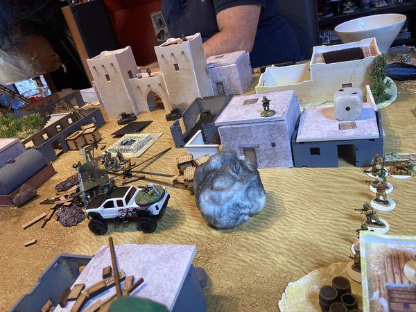 Plusieurs SUV vont d'ailleurs y rester ..le Sniper sur le haut de la tour fait un carnage, et des fumigènes bloquent la vue des insurgés qui avancent à l'aveuglette