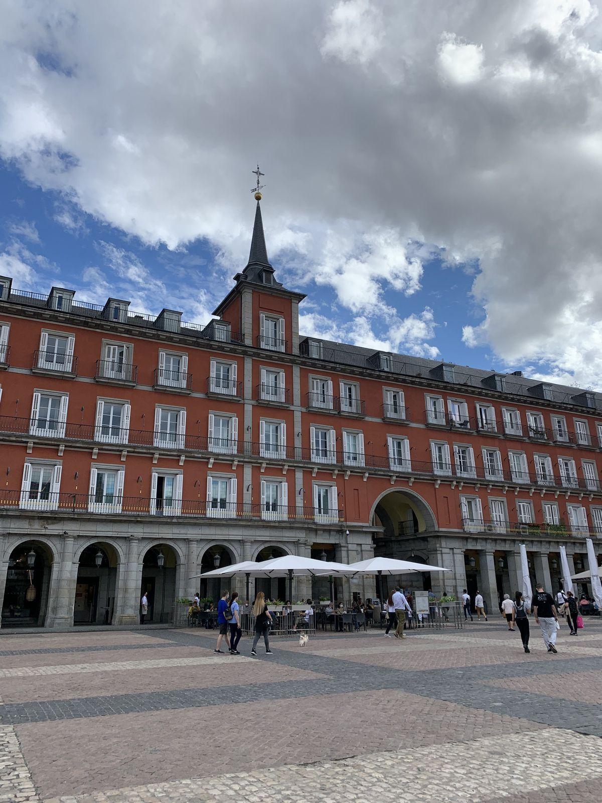 La Plaza Mayor avec la statue de Philippe III à cheval et les symboles de l'ours et l'arbousier.