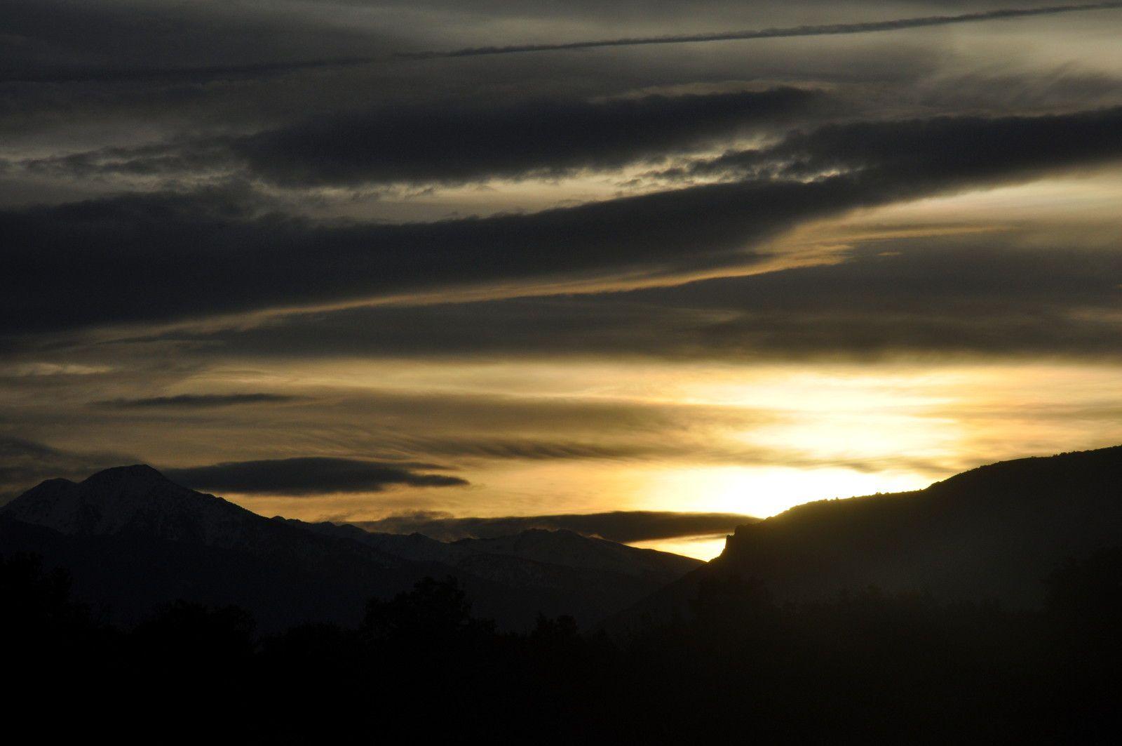 Le soleil ! sur les montages au loin.