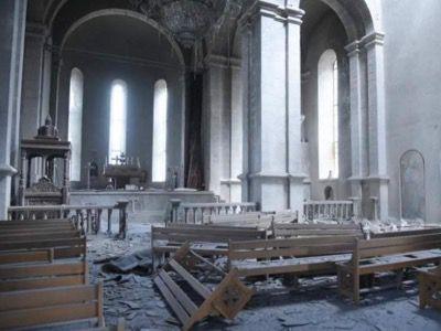 La cathédrale de l'Artaskh a été la cible de deux missiles. La destruction de lieux de culte constitue un crime de guerre, selon le Droit international humanitaire. Le génocide arménien (1894-95 et 1915-23) par les Ottomans et les Turcs visait à anéantir la population non-musulmane. L'Azerbaïdjan assure ne pas être impliquée dans l'attaque de cette église.
