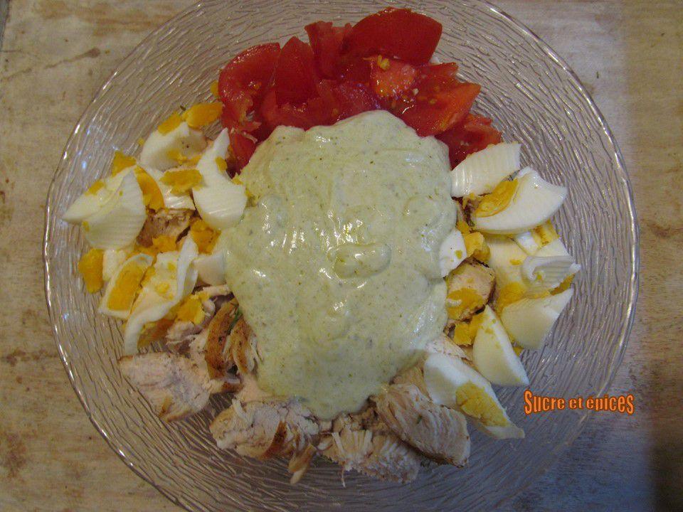 Salade poulet, tomates et oeufs au pesto