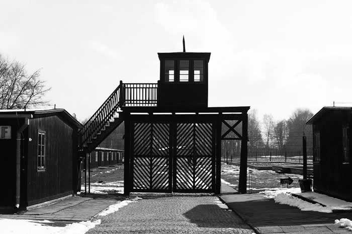 La sinistre porte d'entrée du camp de concentration de Stutthof, aujourd'hui situé en Pologne | CCBY – WIKIMEDIA – PIPODESIGN PHILIPP P EGLI