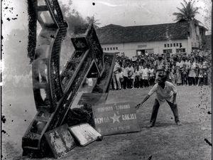 L'anéantissement du Parti communiste d'Indonésie conduisit à une extermination de communistes. Le chiffre des victimes oscille entre 500000 et 3millions de membres et sympathisants massacrés!