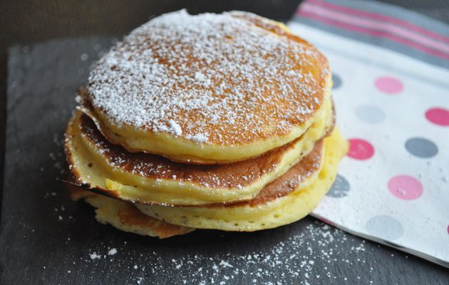 Crêpes ou pancakes au yaourt, jus d'orange et pomme râpée
