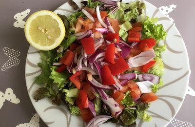 Dernière salade d'été en automne : tomates, oignons rouges, salade verte, citron... : un plaisir pour les yeux et le palais !!