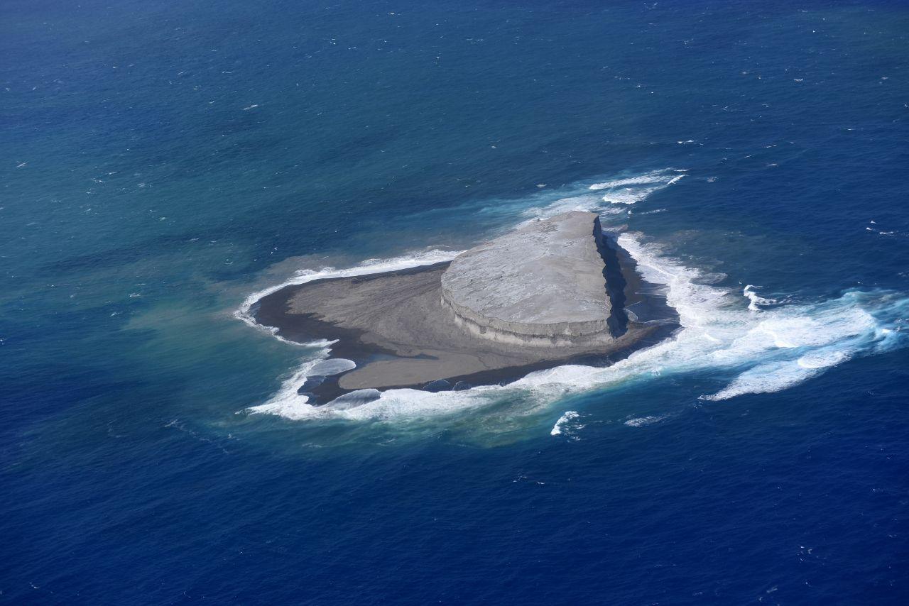 Fukutoku -Niijima ouest - forte érosion -  photo Japan Coast Guards 12.10.2021 / 13h13
