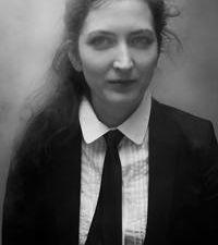 eve risser, une pianiste performeuse française qui s'oriente vers la musique expérimentale aux carrefours du jazz, de l'improvisation et de la musique contemporaine