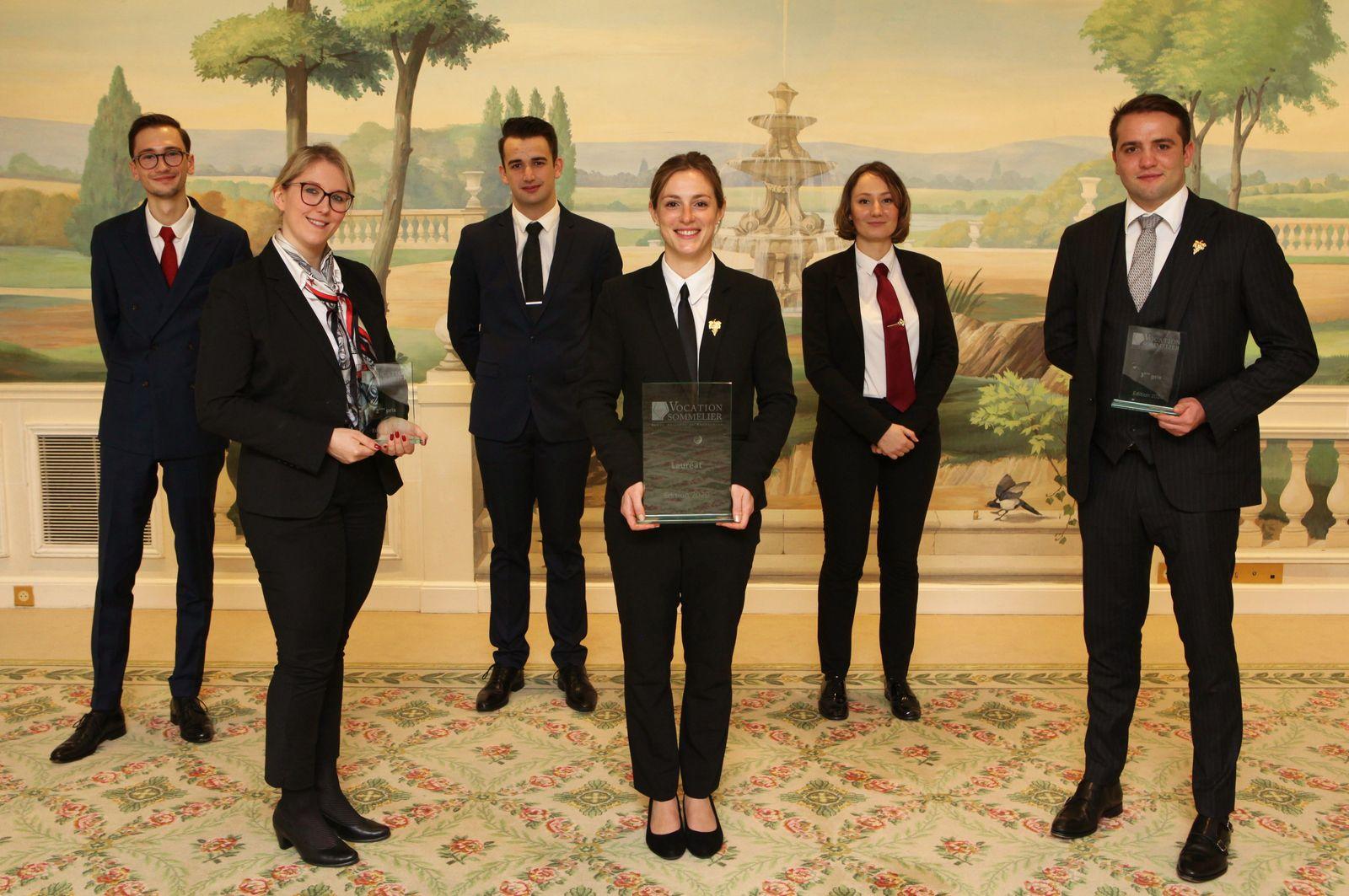 Les six finalistes avec, au premier rang de gauche à droite, Marine Claude, Laura Stoecklin et Noé Malleval. (Photo JB)