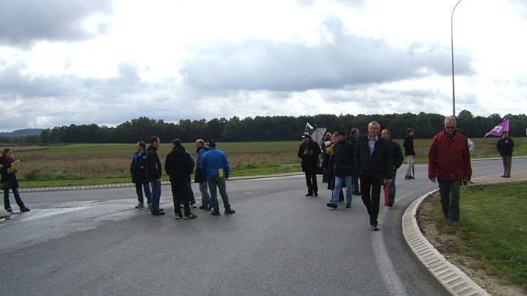 Manifestation depuis le lycée Claudel (étaient là les lycéens, élèves infirmiers et aide soignants) jusque l'hôtel de ville puis descente au rond point de la piscine (RN 2)pour barrage filtrant et distribution de tracts.