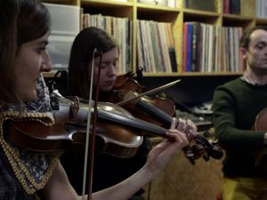 le trio vacarme, un trio détonnant composé des violonistes carla pallone et christelle lassort et le violoncelliste gaspar klaus