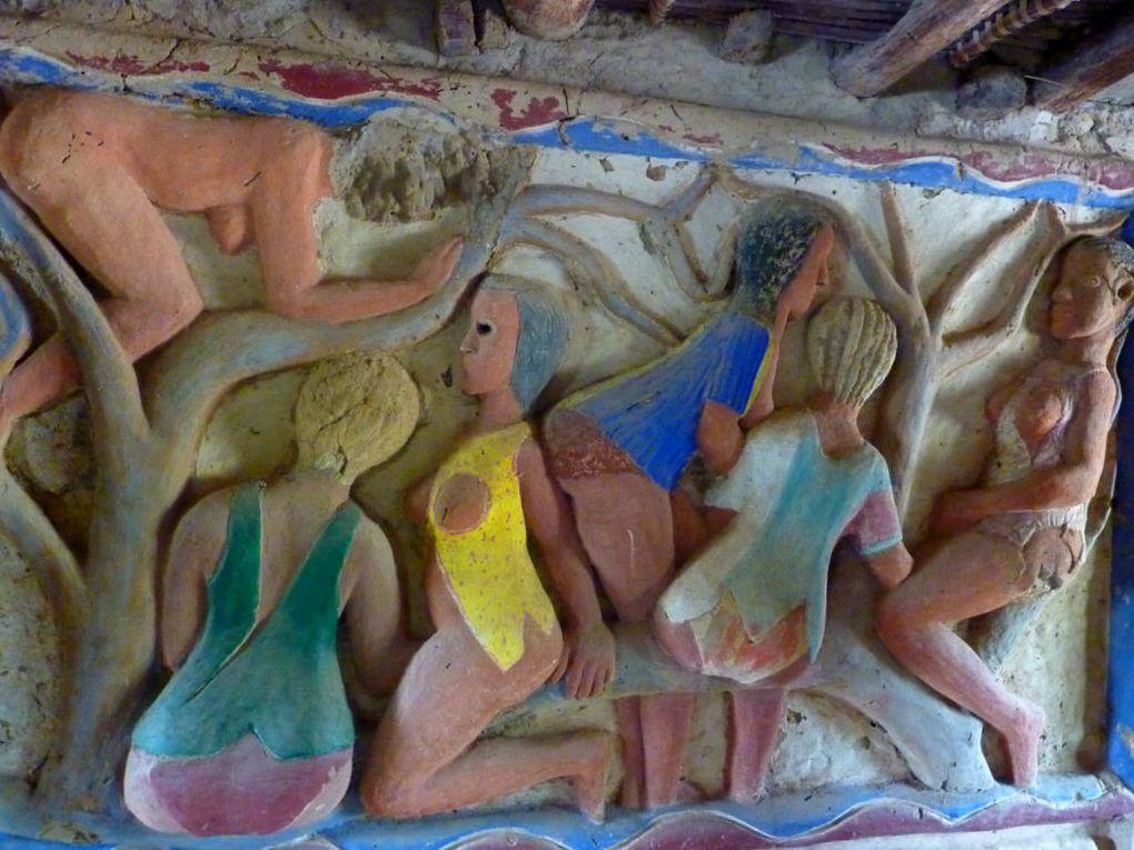 un monument d'art brut au village de Djilapao, sur le fleuve Casamance