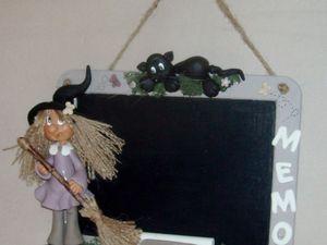Tableau mémo avec p'tite sorcière et son chat en porcelaine froide