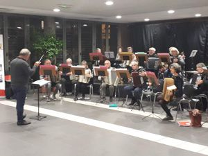 """Apéro qui a permis d'écouter, tout en partageant le verre de l'amitié, des répétitions des """"Accordéonistes de l'Ondaine"""" et du """"groupe de musique actuelle"""" de l'Avenir musical."""