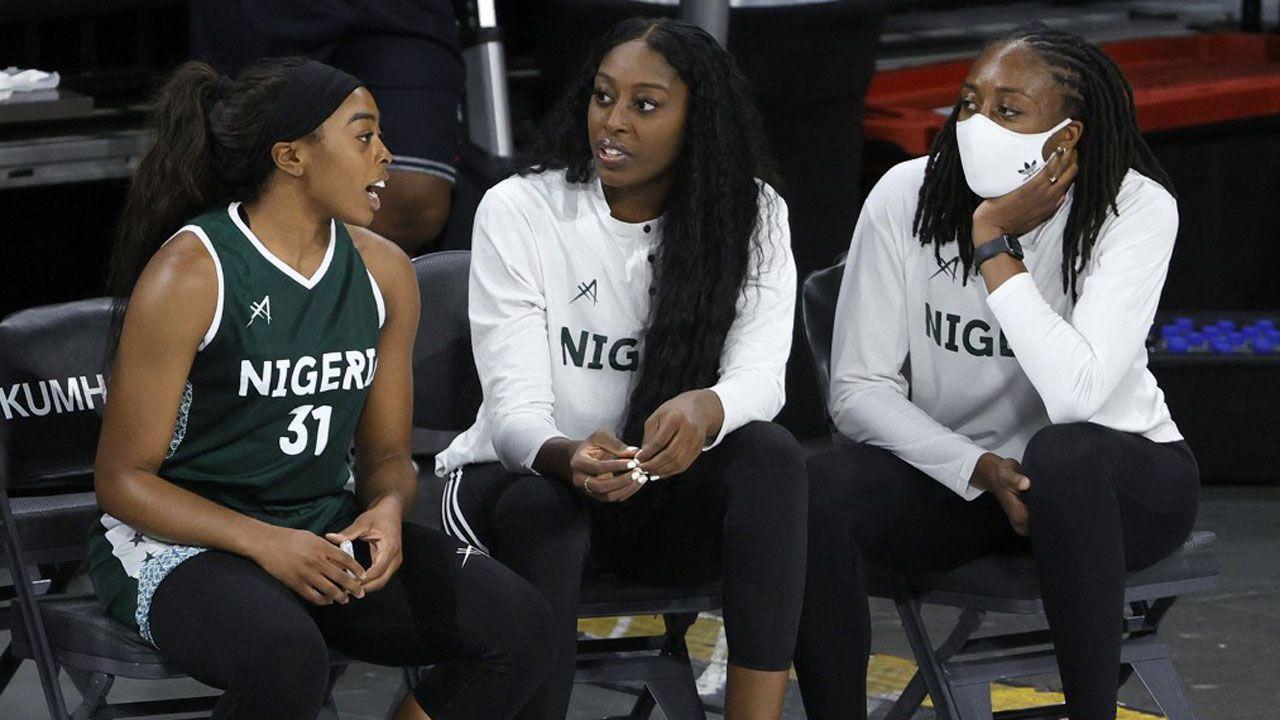 Erica, Chiney et Nneka Ogwumike lors du match d'exhibition pré-olympique des D'Tigress du Nigéria face aux États-Unis à Las Vegas