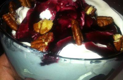 Coupe de glace fraises myrtilles chantilly maison à l'extrait de vanille coulis de myrtille et noix de pecan