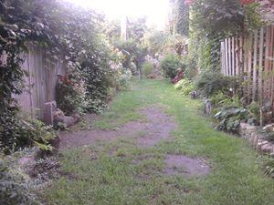 Féerique, la ruelle champêtre se pare de ses plus beaux atours à chaque saison.
