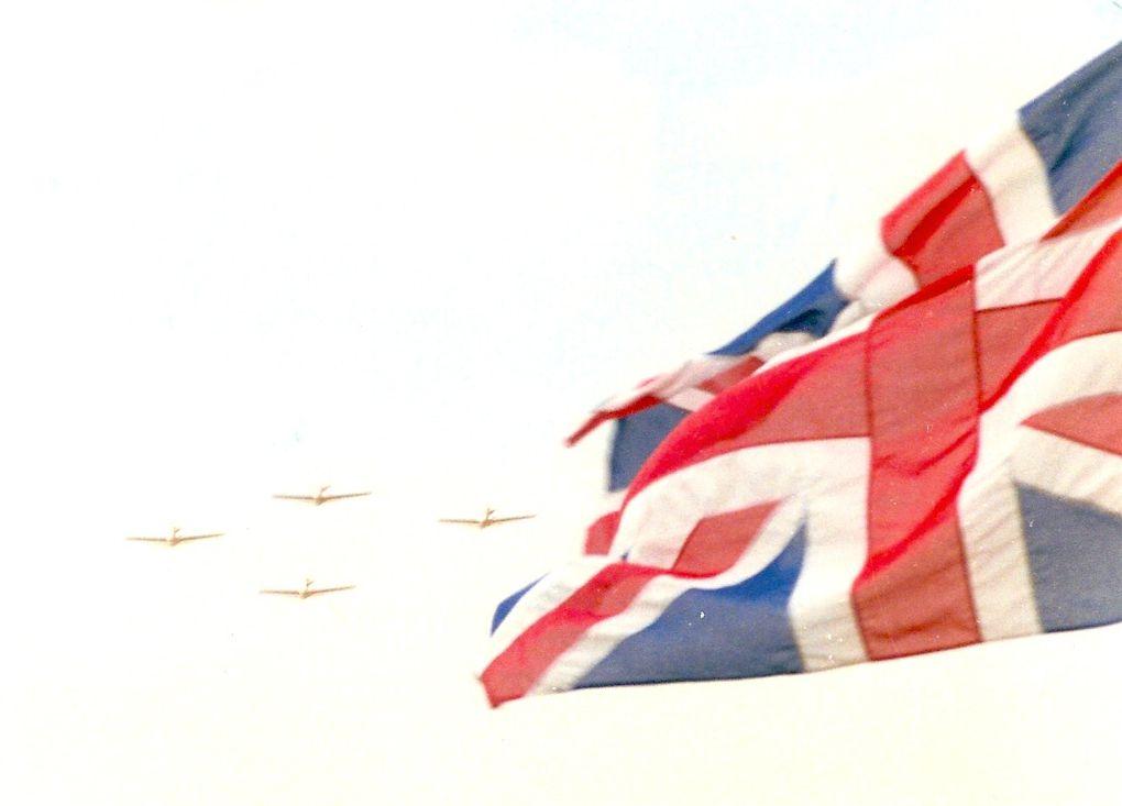 """22 juillet 1944 un """" Mosquito """", après avoir mitraillé le triage SNCF de Saintes est abattu par la Flak allemande dissimulée dans la prairie aux abords immédiats de la ville. les deux aviateurs sont blessé et faits prisonniers. Leur avion crashé à Ecurat brûle entièrement; cet appareil avait une structure extérieure en bois. Les aviateurs seront libérés au cours de la libération de Toulouse où ils avaient été hospitalisés. Le premier des aviateurs retrouvés le fut 50 ans plus tard, jour pour jour, soit le 22 juillet 1994, jour où le pilote, Edward, Andrew, Horrex pu entretenir une discussion avec l'historien lancé à sa recherche."""