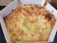 2 - Dans de petits ramequins à gratin (alu, cartonnés spécial four, ou verre, porcelaine ...), répartir les cubes d'ananas, puis y verser l'appareil à hauteur des 3/4 du bord des ramequins  Enfourner th 6/7 (200°) pour 20 à 25 mn. Sortir du four, parsemer de noix de coco râpée et déguster selon les goûts  chaud, tiède ou froid accompagné d'une boule de glace (parfum  rhum-raisin, vanille ou noix de coco).