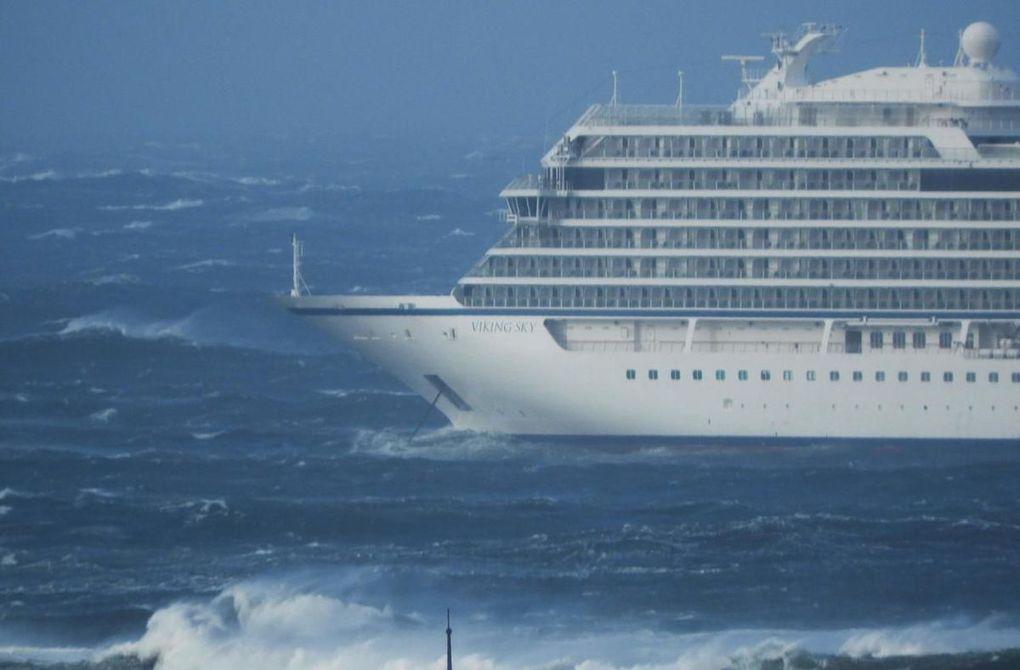 Après avoir été pris dans une tempête impressionnante, le paquebot Viking Sky a rejoint un port refuge