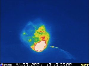 Stromboli - explosion on July 14, 2021 at 1:19:28 p.m. and 1:19:30 p.m. - therm INGV webcam - one click to enlarge