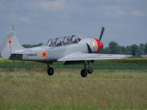 Un trio de Yak avec les Yak 52 F-WRUS et F-WRYK puis le Yak 18T F-HYAK noir.