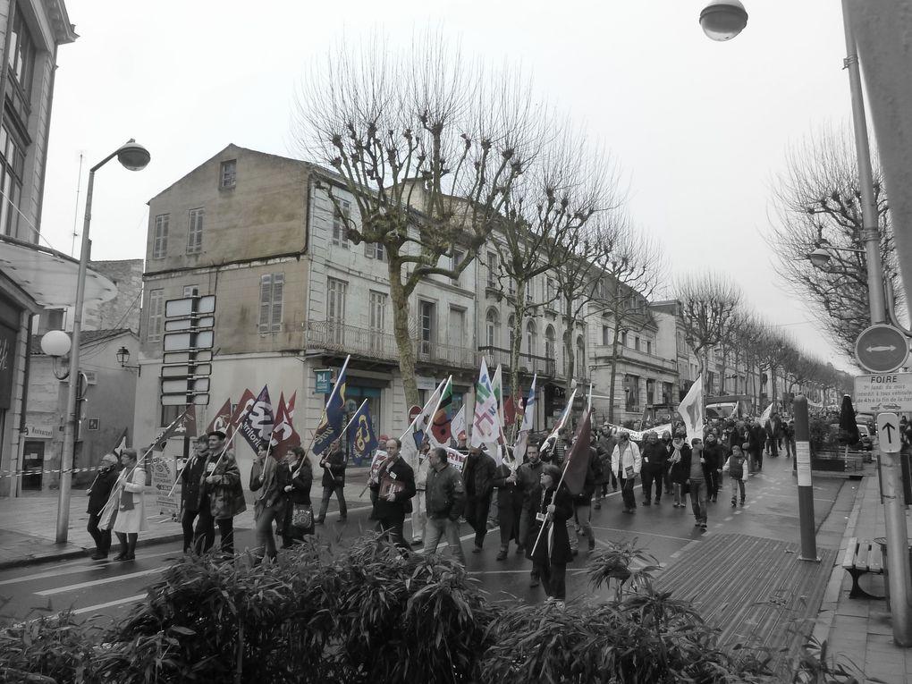 """Un rassemblement, un défilé, une sonorisation très """" fantaisiste """", mais avec des clameurs très pouplaires, une occupation """" symbolique """" du pont Bernard Palissy, avec seulement environ 300 personnes (selon C-H)"""