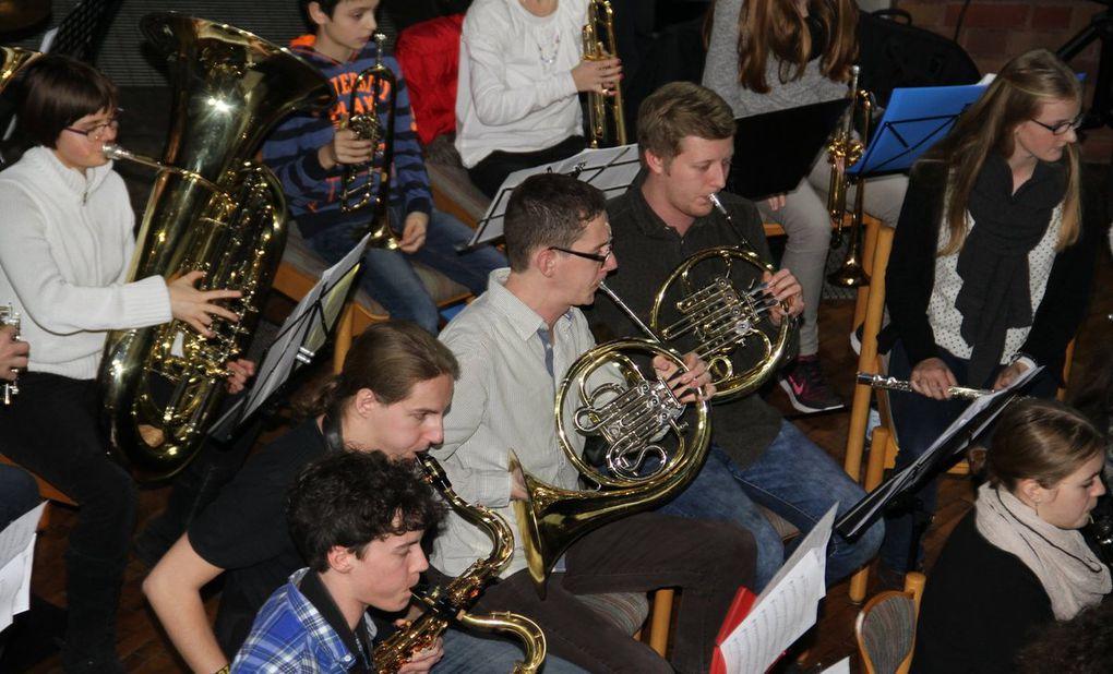 Chöre, Orchester, Ensembles und Solisten des Gymnasiums Veitshöchheim verzückten in der Kuratiekirche über 400 Zuhörer