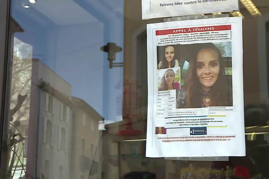 Les proches d'Aurélie Vaquier ont placardé des avis de recherche sur les vitrines du centre-ville de Bédarieux. • © FTV / François Jobard