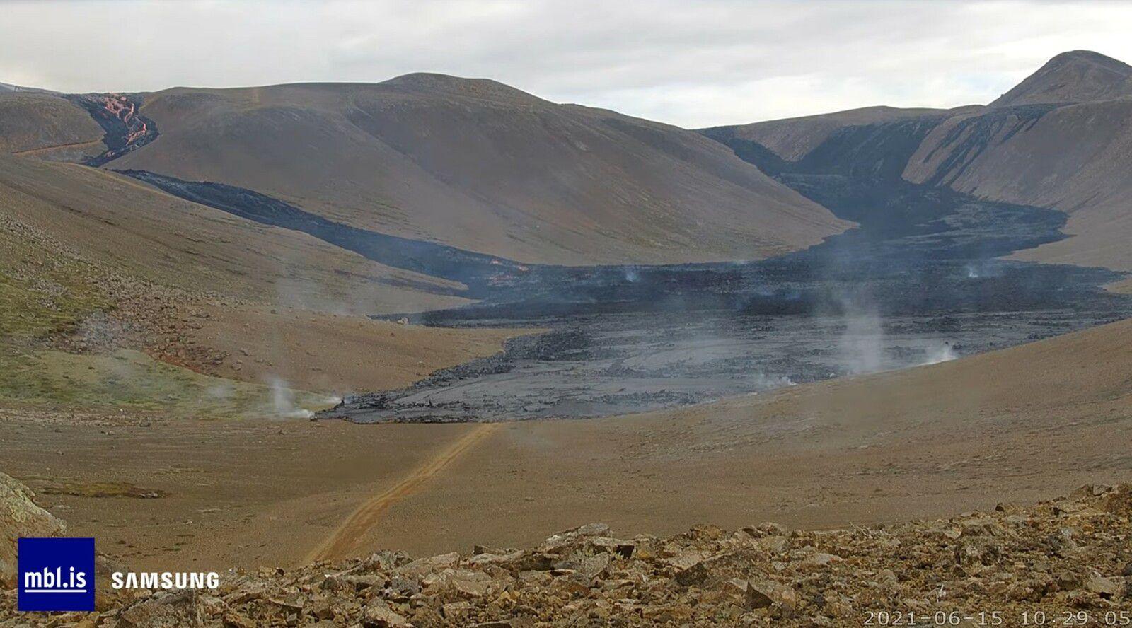 Fagradalsfjall , vallée de Nátthaga - avancée raide de la lave entre le 15.06.2021 à 07h21 et 10h29 - le repère est le triangle de végétation sur la gauche -  webcam mbls