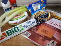 1 - Laver, sécher et tailler les poireaux en rondelles. Les faire fondre quelques minutes dans une poêle avec une noix de beurre. Rajouter la crème fraîche épaisse, mélanger, assaisonner avec sel et poivre et réserver. Couper les tranches de saumon fumé en lanières, et les tomates en rondelles.