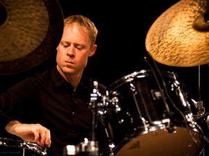 bill stewart, un batteur de jazz américain, un instrumentiste polyvalent et un jazz post-moderne