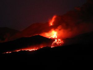 Etna NSEC - Activity in the evening of 27.07.2019, view of the Zona Milia, sopra the abitato di Ragalna - INGVvulcani photos - one click to enlarge