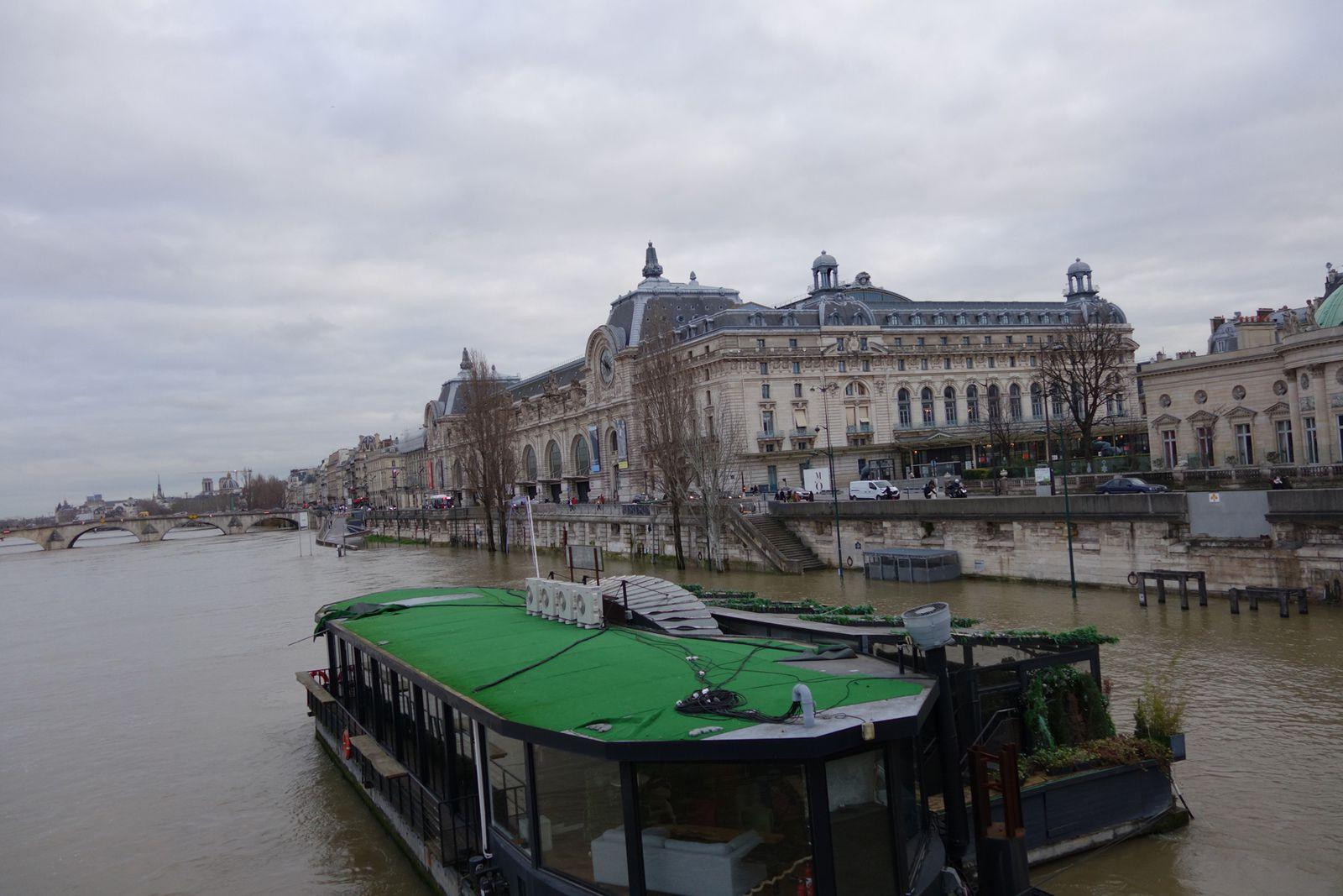 Au fond le Musée d'Orsay