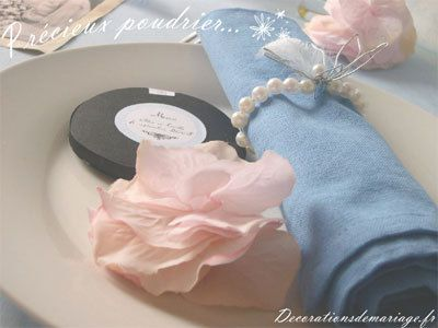 Décoration de mariage sur le thème rétro : marque place fleur de plume et menu poudrier