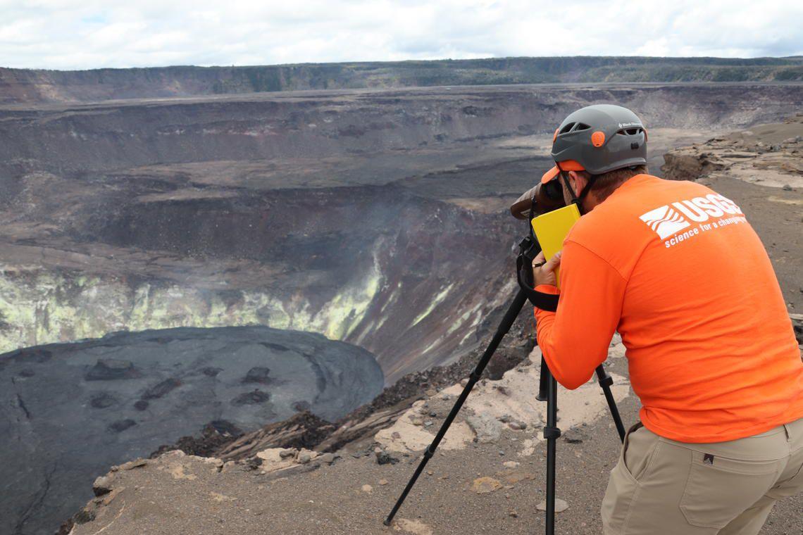 Halema - mesures télémètriques laser pour étudier la surface du lac de lave solidifié à Halema'uma'u, au sommet du Kīlauea. - M.Patrick USGS 09.07.2021