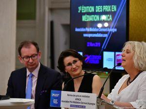 Catherine  Guy , Editrice de Medias et Médiations représentant la lauréate , Béatrice Blohorn-Brenneur et recevant son Prix , le Kube de l'Atelier Courtadon d'Eric le Corre, Président du jury Prix du Livre en Médiation