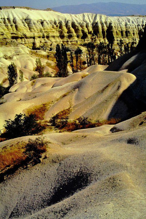 Un des lieux les plus étranges de la terre ! On y trouve en plus des chapelles du IXème siècle, perdues au milieu des vignes de sable, avec des fresques étonnamment vivantes.