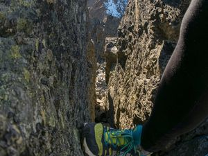 Cheminée sur l'arête ouest vers 2700 m et sortie de celle-ci au-dessus de la face nord sur un empilement de blocs