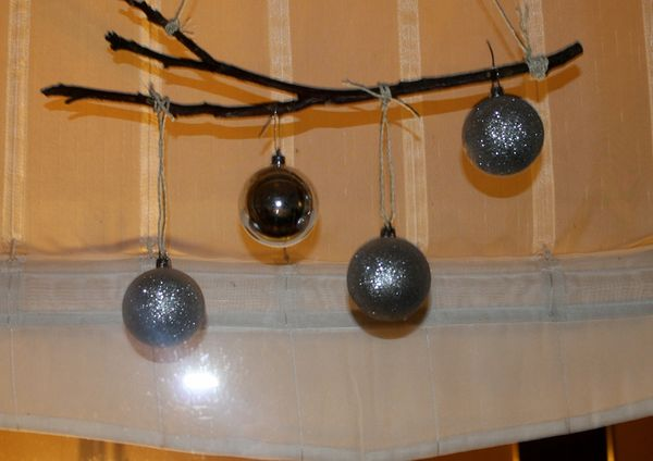 Weihnachtsdeko mit Ast und Kugeln