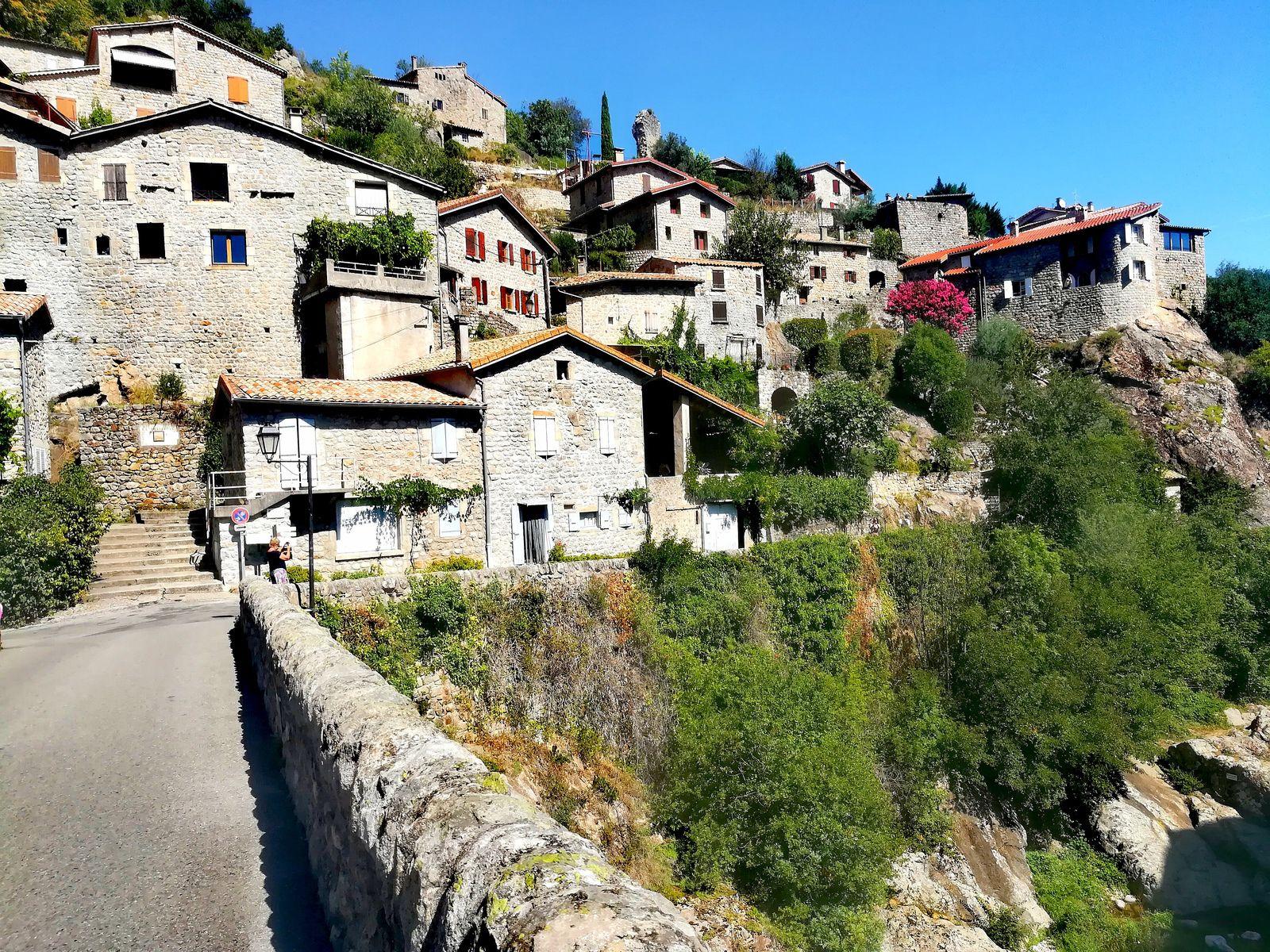 Ci-dessus une partie du village en mur de pierres regroupé