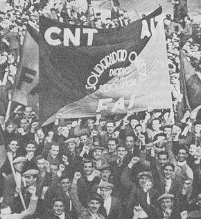 Manifestation à Barcelone avec une bannière Solidaridad Obrera, le quotidien de la Révolution.