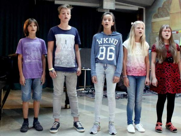 "Zauberhaft sang die Jugendchor Vorgruppe den Popsong ""Puff, the magic dragon"""