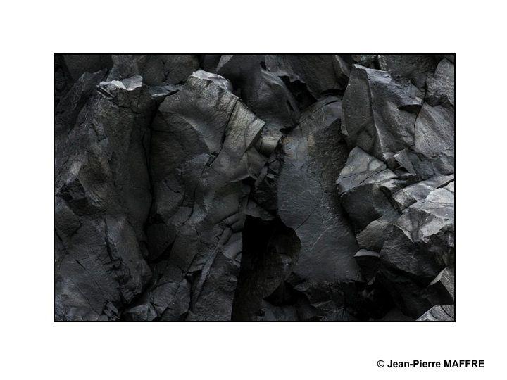 La lave d'un volcan composée de roches portées à une température comprise entre 700 et 1200°C forme le magma de couleur rouge. En refroidissant la lave prend une teinte de plus en plus sombre jusqu'au noir.