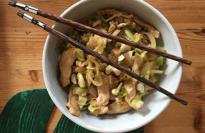 Wok de filet de poulet, chou blanc et nouilles chinoises