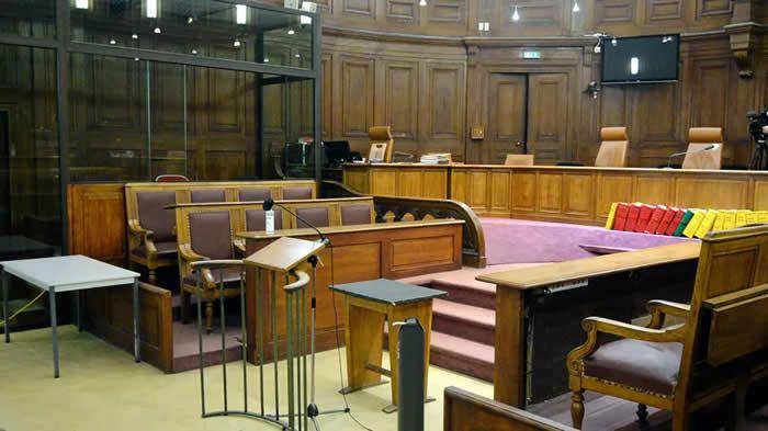 La salle de la cour de la cour d'assises. À gauche, le box des accusés © Maxppp - Michael Esdourrubailh