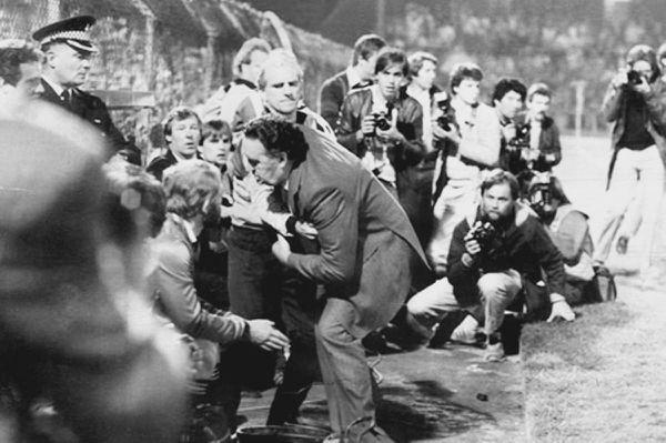 10 settembre 1985: mancano 2' alla fine di Galles-Scozia, il ct scozzese Jock Stein collassa davanti alla sua panchina sotto gli occhi del delfino Alex Ferguson