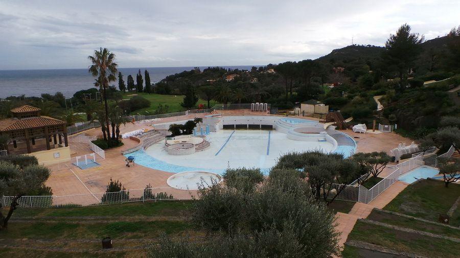 Dans la piscine à vagues, importants travaux de remplacement de carrelages et de réfection de peintures